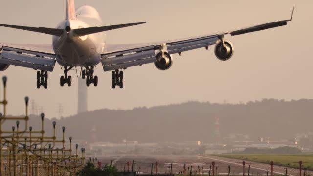 flugzeuglandung in der dämmerung - luftfahrtindustrie stock-videos und b-roll-filmmaterial