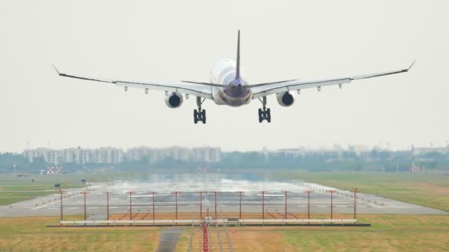大空港の着陸飛行機