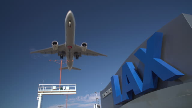vídeos de stock, filmes e b-roll de airplane landing at lax - aterrissando