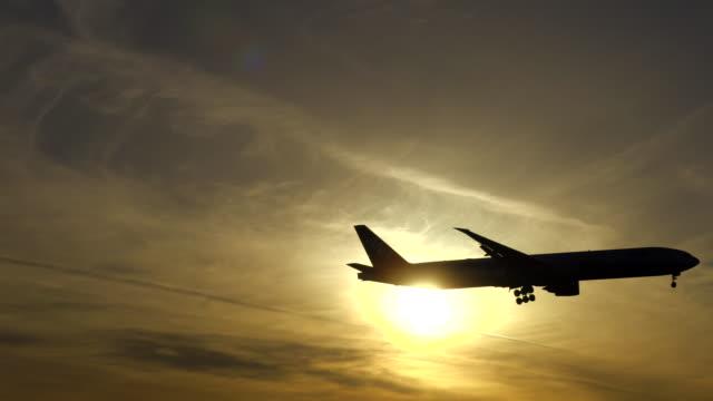 Flugzeug Landung bei Sonnenuntergang