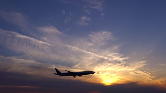 夕暮れから着陸する飛行機