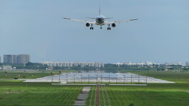 空港に着陸する飛行機 - タッチダウン点の映像素材/bロール