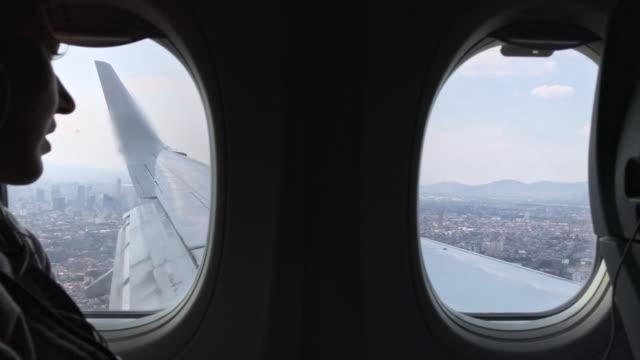 vidéos et rushes de airplane landing in mexico city - hublot