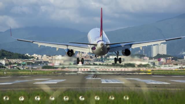 vídeos y material grabado en eventos de stock de airplane landing in taipei songshan airport, taipei, taiwan - taipei