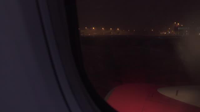 vídeos de stock, filmes e b-roll de avião pousando na tempestade - asa de aeronave