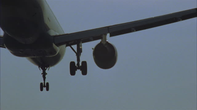 stockvideo's en b-roll-footage met cu, airplane landing on runway, rear view, brussels, belgium - landen