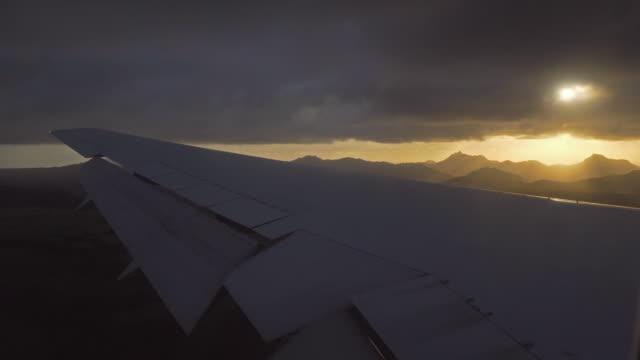 vidéos et rushes de avion atterrissant sur une île tropicale - avion privé d'entreprise