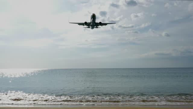 flugzeug landung über den strand. - landefahrwerk stock-videos und b-roll-filmmaterial