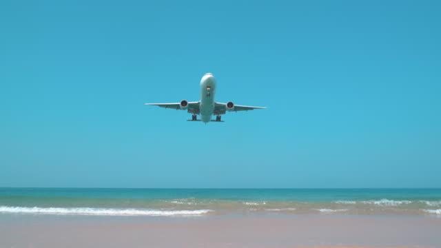 vídeos y material grabado en eventos de stock de avión aterrizando sobre el mar - avión de caza