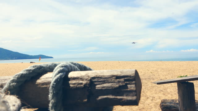 flugzeug landet über dem meer - hohe aufnahmegeschwindigkeit stock-videos und b-roll-filmmaterial