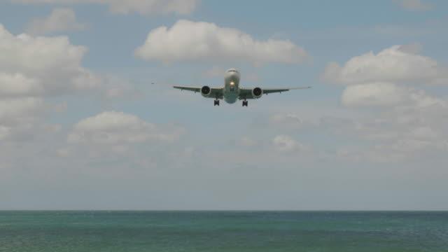 飛行機の着陸海に、4 k - 軍用機点の映像素材/bロール