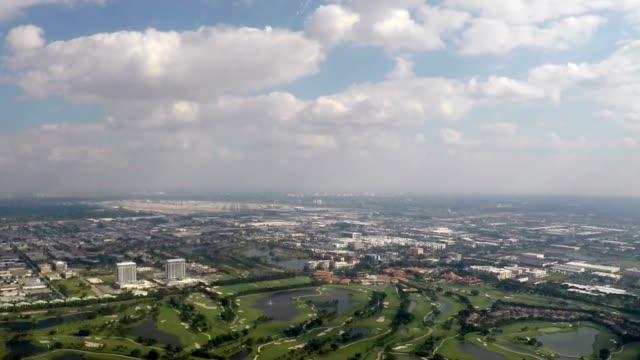 flugzeug landung (pov-shot) zeitraffer - miami stock-videos und b-roll-filmmaterial
