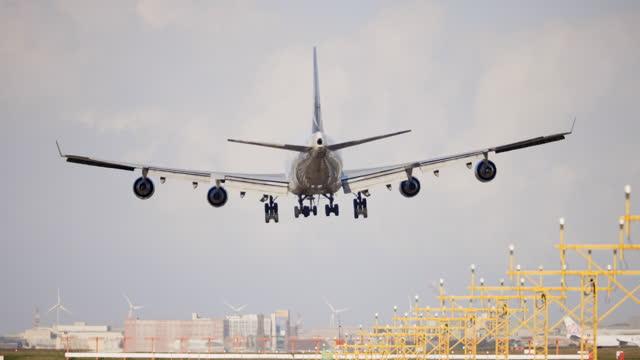 vidéos et rushes de atterrissage d'avion - voyage d'affaires