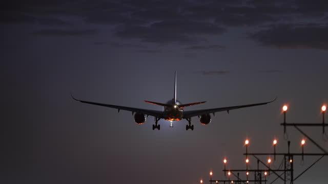 vídeos y material grabado en eventos de stock de aterrizaje de avión - avión de pasajeros