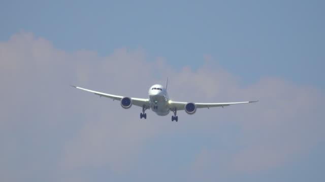 vídeos de stock e filmes b-roll de avião a pousar - aterrar