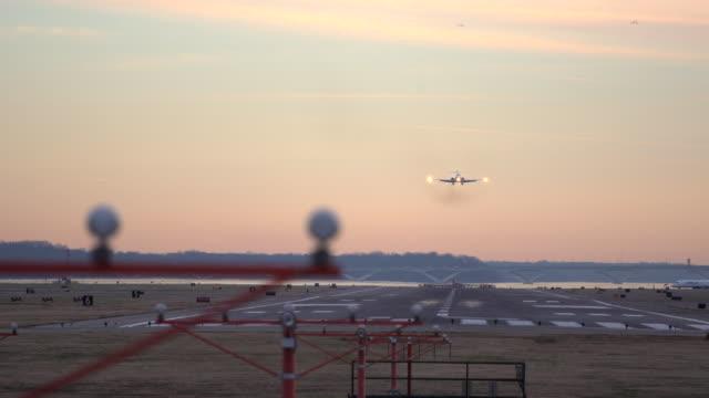vidéos et rushes de airplane lands at sunset - alexandria virginie