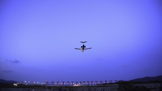 vidéos et rushes de atterrissages d'avion à l'aéroport - avion privé d'entreprise