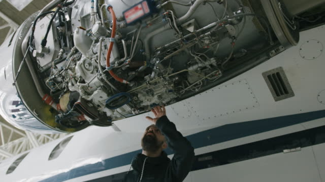 airplane maintenance - aggiustare video stock e b–roll