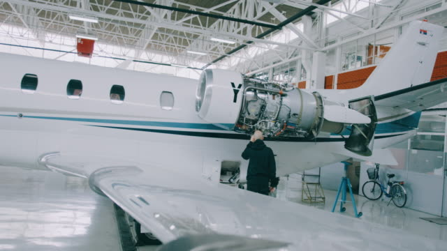 flugzeug wartungsarbeiten geschlossen - hangar stock-videos und b-roll-filmmaterial