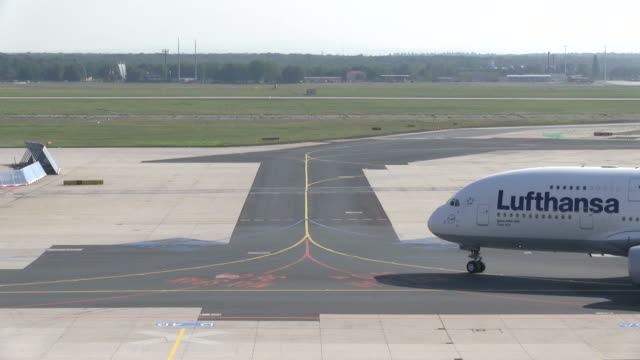 ws airplane moving on taxiway / frankfurt, hesse, germany   - taxiway stock-videos und b-roll-filmmaterial