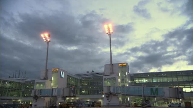 stockvideo's en b-roll-footage met la ws airplane on airport runway at dusk / munich, germany - münchen vliegveld