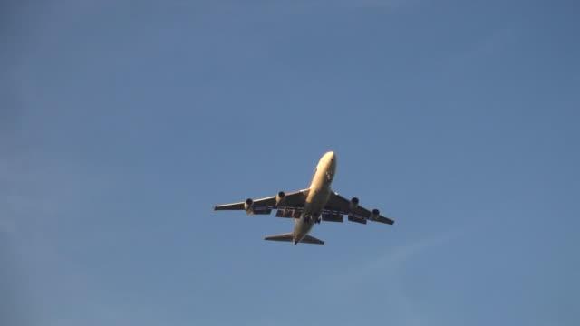 vídeos de stock, filmes e b-roll de avião em céu azul câmera lenta - veículo aquático militar