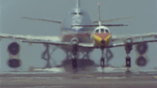 vidéos et rushes de airplane on runway taking off / heat waves - piste d'envol