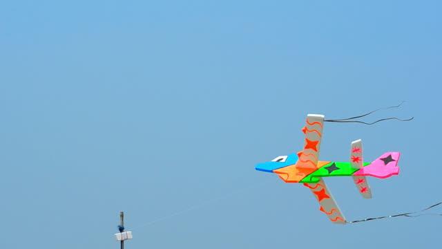 vídeos de stock e filmes b-roll de avião no céu - modelo objeto