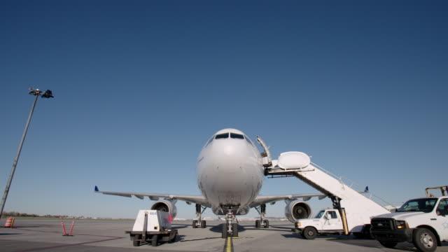 airplane on tarmac at airport - 降り立つ点の映像素材/bロール