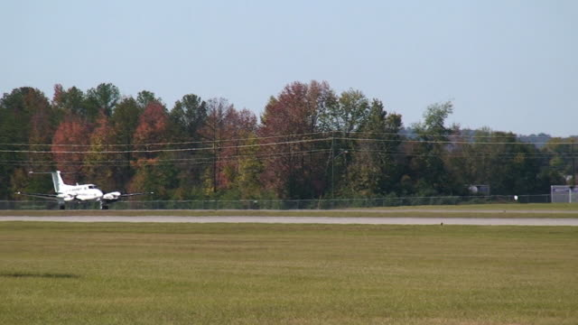 flugzeug auf taxiway - taxiway stock-videos und b-roll-filmmaterial