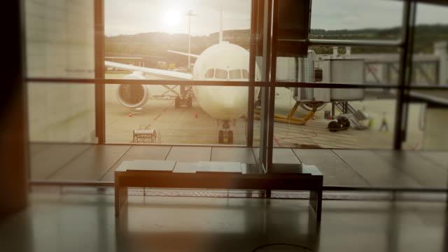 vídeos y material grabado en eventos de stock de airplane parking at airport terminal. air transportation business background - inmóvil