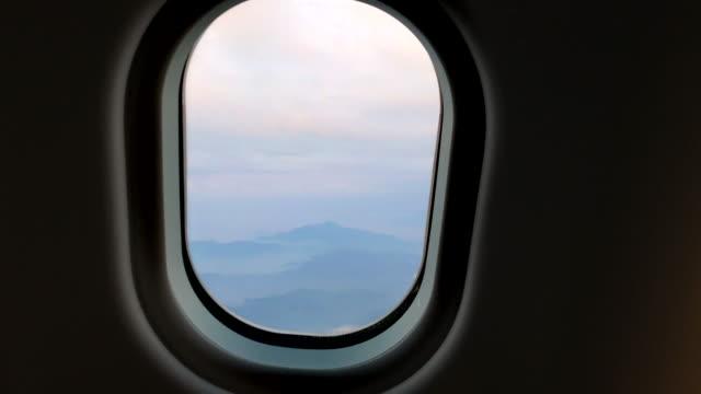 vídeos de stock, filmes e b-roll de avião passageiro pov janela montanhas - armação de janela