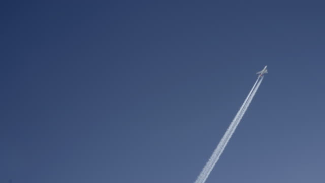 airplane passing 3000 ft overhead - vapour trail stock videos & royalty-free footage