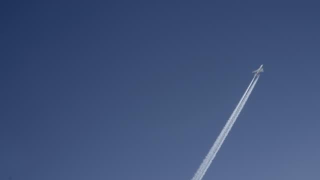 3000 フィートのオーバーヘッドを通過する飛行機 - moving past点の映像素材/bロール