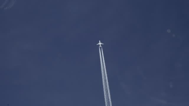 5000 フィートのオーバーヘッドを通過する飛行機 - moving past点の映像素材/bロール