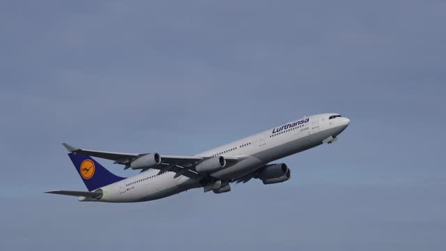 airplane plane takes off during the corona crisis, frankfurt am main, hesse, germany - start und landebahn stock-videos und b-roll-filmmaterial