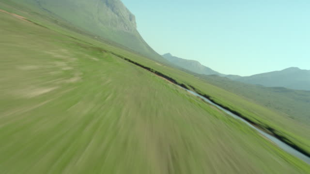 aerial airplane point of view fast over green valley + mountains / glen sllgachan, isle of skye, scotland - insel skye stock-videos und b-roll-filmmaterial