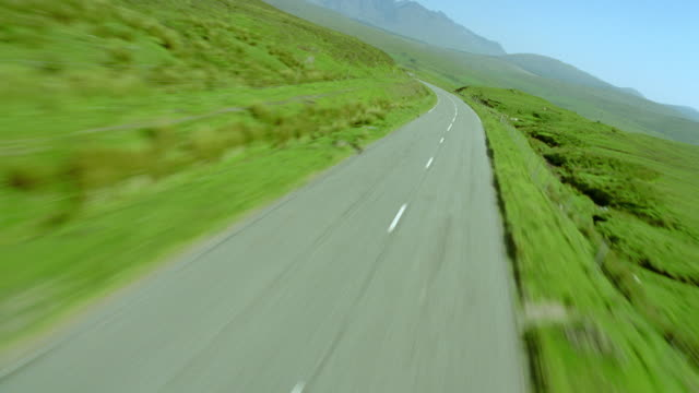 aerial airplane point of view over country road in green valley / drynoch, isle of skye, scotland - insel skye stock-videos und b-roll-filmmaterial
