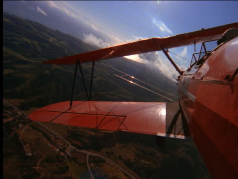 vidéos et rushes de airplane point of view overlooking wings of biplane - biplan
