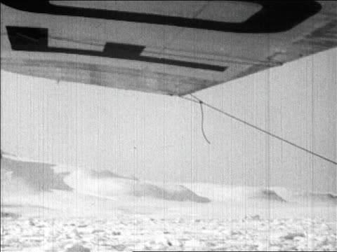 airplane point of view under wing of north pole during richard byrd's flight / newsreel - 1926年点の映像素材/bロール