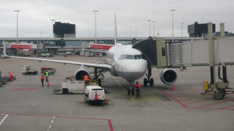 vídeos y material grabado en eventos de stock de avión prepararse para despegar desde el aeropuerto - echar combustible