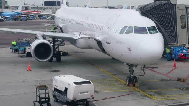 stockvideo's en b-roll-footage met vliegtuig voor te bereiden op start van de luchthaven - münchen vliegveld