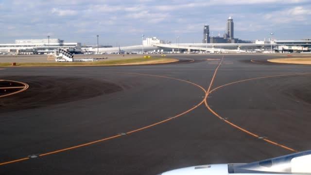 stockvideo's en b-roll-footage met vliegtuig voor te bereiden op te stijgen op de luchthaven runway - start  en landingsbaan