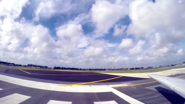Aeroplano si prepara per decollare