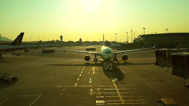 flugzeug am flughafen mit silhouette szene ausziehen wird vorbereitet... - wartehalle stock-videos und b-roll-filmmaterial
