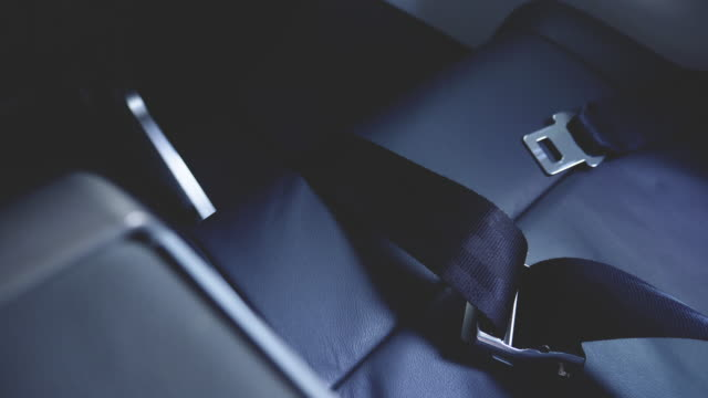 flugzeug-sicherheitsgurt-nahaufnahme - sicherheitsgurt sicherheitsausrüstung stock-videos und b-roll-filmmaterial