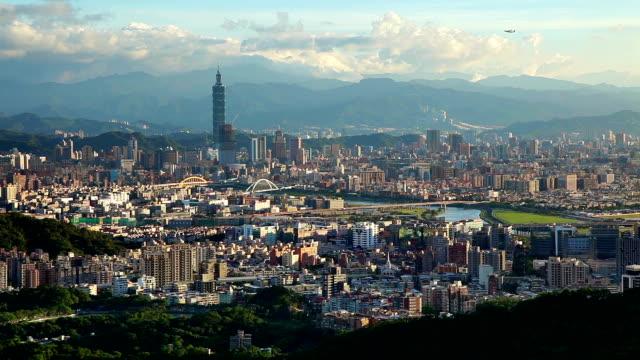飛行機の離陸、台北の街