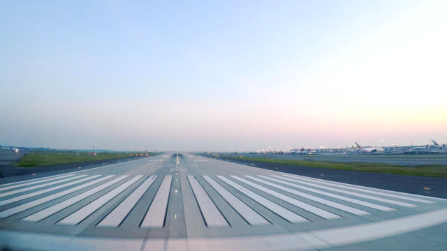 vídeos de stock e filmes b-roll de airplane take off jfk new york (pov) - taking off