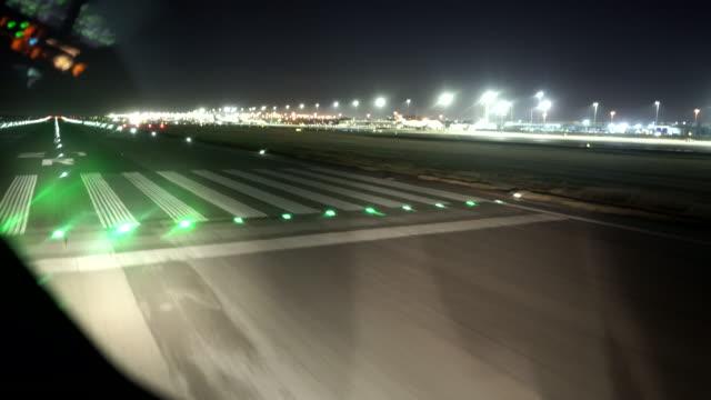 vidéos et rushes de avion take off aéroport de jnb - tour de contrôle