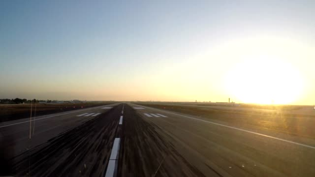 vídeos de stock e filmes b-roll de airplane take off (pov shot) - taking off